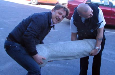 jason-hadlow-with-a-police-officer-and-the-offending-object-849406354